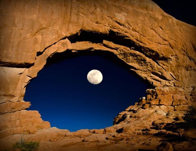 616905-R3L8T8D-650-the-moon-through-north-window-arches-national-park-utah-united-states