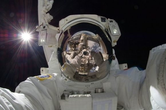 618905-R3L8T8D-650-self-portrait-in-space-aki-hoshide-earth-reflected-in-helmet